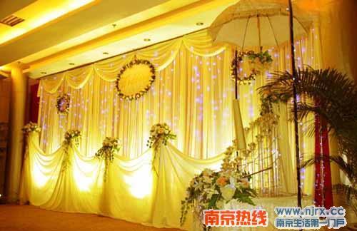 婚庆场景布置图;; 婚礼布置; 依莱娜婚庆推出婚礼全套优惠套餐2480元