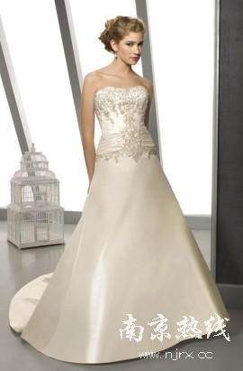 经典象牙白婚纱体现欧式贵族气质!