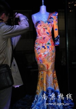 """英国博物馆收藏范冰冰""""龙袍"""""""