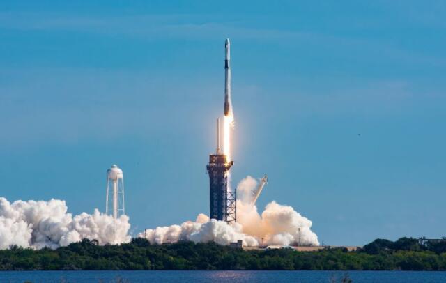 观看SpaceX首次发射其新型和改进的货运Dragon飞船