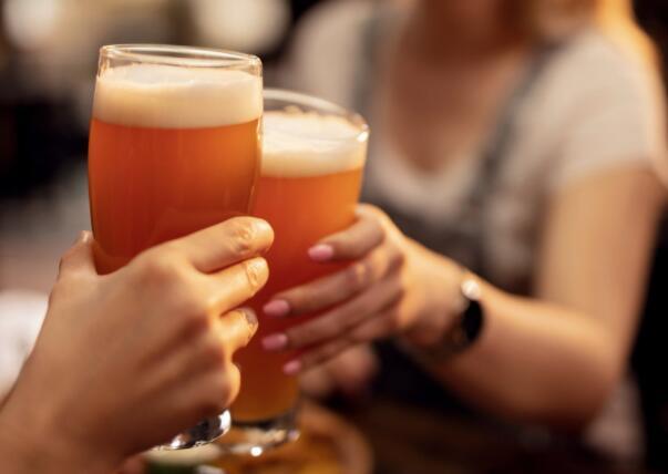 这家酒精饮料巨头最近在与投资者的电话中阐明了一些具体目标