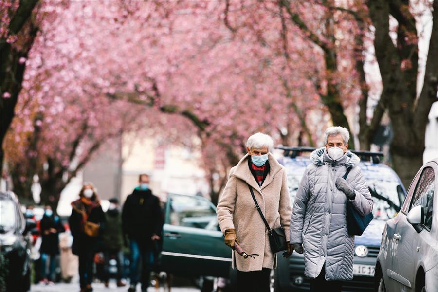 德国波恩群众逛街赏樱