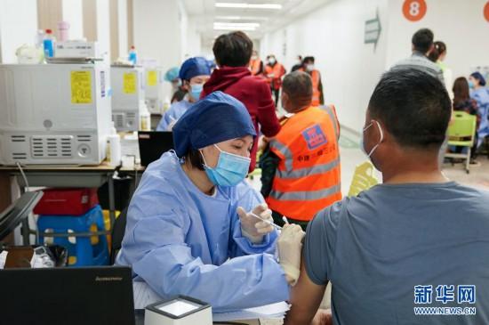 医护人员为职工打疫苗新冠预苗