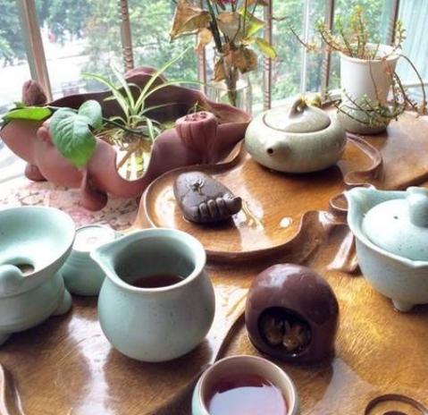 一般四川人都比较喜欢在闲暇的时候坐在一起喝茶聊天